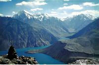 Вид сПравобережного склона свысоты 4600м наСарезское озеро, залив Ирхт, долину реки Лянгар, Северо-аличурский хребет. Фото Л.П.Папырина, 1976г.